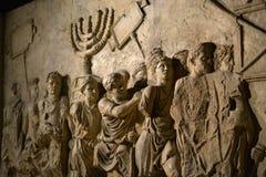 Muurhulp op boog van titus die Menorah afschilderen die uit tempel in Jeruzalem in ADVERTENTIE 70 wordt genomen - de geschiedenis royalty-vrije stock afbeeldingen