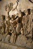Muurhulp op boog van titus die Menorah afschilderen die uit tempel in Jeruzalem in ADVERTENTIE 70 wordt genomen - de geschiedenis stock afbeelding