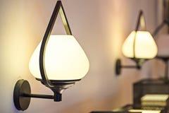 Muurlamp met gele schaduw Stock Fotografie
