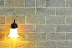 Muurlamp op de bakstenen muur Stock Foto