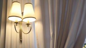 Muurlamp in slaapkamer stock footage