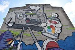 Muurschildering met reuze het lopen cassettespeler in Warshau royalty-vrije stock foto's