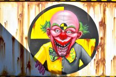 Muurschildering van een enge clown Halloween-concept bij Bush-Tuinen Tampa Bay stock foto's