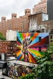 Muurschildering van kunstenaar Kobra in Chelsea van Hoge Lijn wordt bekeken die Stock Afbeelding