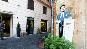 Muurschilderingcriticus over de Italiaanse Eerste minister, Giuseppe Conte, in Rome in 4k stock videobeelden