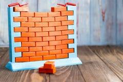 Muurspeelgoed en rode bakstenen heb het stemmen Het concept onroerende goederenaankoop en voltooiing van bouw Geen geld en nr stock afbeeldingen