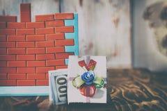 Muurspeelgoed en rode bakstenen heb het stemmen Het concept onroerende goederenaankoop en voltooiing van bouw Geen geld en nr stock foto's