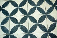Muurtegels met herhaald zwart-wit cirkelpatroon stock fotografie