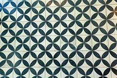 Muurtegels met herhaald zwart-wit cirkelpatroon stock afbeelding