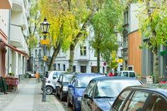 Muy calle con los coches parqueados, Berlín de la ciudad Foto de archivo libre de regalías