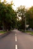 Muy calle de la ciudad en técnica inclinable del cambio Lado lejano del coche solo Imagen de archivo libre de regalías