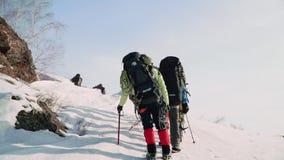 Muy cansado de sus montañeses del viaje continúe subiendo la montaña en el grande no importa qué metrajes