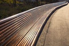 Muy de largo banco de madera vacío Imagen de archivo libre de regalías