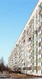 Muy de largo suburbio del edificio de apartamentos del bloque Fotos de archivo