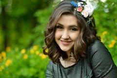 Muy feliz, sonrisa, alegre con el soporte sano, blanco, lindo de la sonrisa al aire libre, en verano, salta el parque soleado ver Fotos de archivo libres de regalías