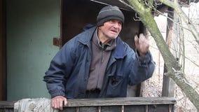 Muy un viejo hombre examina ?rboles del jard?n en la primavera antes de florecer quita las ramas adicionales que se preparan para almacen de video