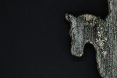 Muy vieja cabeza de caballo de madera aislada en fondo negro Decoración usada para la decoración del tejado de la casa del campo fotos de archivo