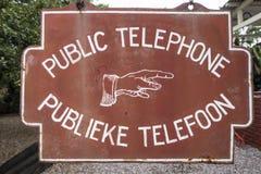 Muy vieja muestra sobre un teléfono público, África de la información Fotografía de archivo