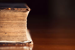 Muy viejo cierre de la biblia para arriba con Copyspace Foto de archivo