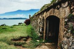 Muy viejo e histórico lugar, túnel, paso al mar Fotos de archivo libres de regalías