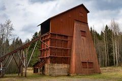 Muy viejo marco principal de madera de una mina vieja Foto de archivo