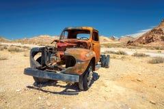 Muy viejo vintage y camión oxidado en riolita del pueblo fantasma Fotografía de archivo libre de regalías