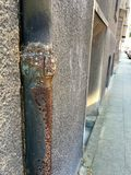 Muy viejo y oxidado abajo instale tubos en el edificio residencial foto de archivo