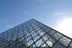 Muzealny louvre piramida na zewnątrz bluesky Zdjęcie Royalty Free