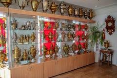 Muzeum samowary, widok na stojaki z wiele samowarami obraz royalty free