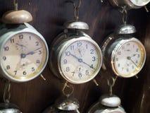 Muzeum zegar Praga, republika czech ogromna liczba alarmy za szkłem w pokaz skrzynce obrazy royalty free