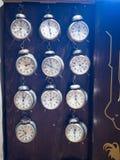 Muzeum zegar Praga, republika czech ogromna liczba alarmy za szkłem w pokaz skrzynce zdjęcie stock