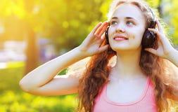 Muziek, de zomer, vrije tijd en mensenconcept - levensstijlportret Stock Foto