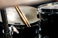 Muziek en instrumentenachtergrond stock afbeeldingen