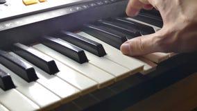Muziek het spelen de synthesizerpiano van de mensenhand over sleutels in werking die wordt gesteld die stock videobeelden
