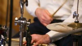 Muziek, mensen, muzikale instrumenten en vermaakconcept - mannelijke musicus het spelen trommel bij rotsoverleg stock video
