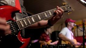 Muziek in rots cobcert - musicus het spelen gitaar stock video