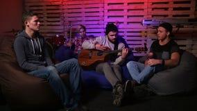 Muziekband die in de garage repeteren stock video