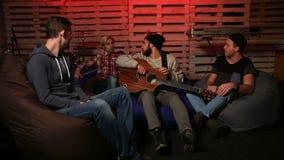 Muziekband het ontspannen na repetitie in club stock videobeelden
