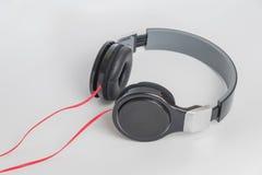 Muziekconcept - hoofdtelefoons op witte achtergrond Stock Foto's