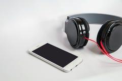 Muziekconcept - smartphone en hoofdtelefoons op witte achtergrond Royalty-vrije Stock Fotografie