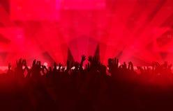 Muziekfestival met dansende mensen en het gloeien lichten Royalty-vrije Stock Afbeelding