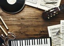 Muziekinstrumenten en oortelefoons op houten lijst stock foto's