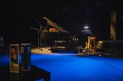 Muziekinstrumenten op stadium in donkere studio Royalty-vrije Stock Afbeeldingen