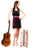 Muziekminnaar, de zomermeisje met gitaar en koffer Stock Foto