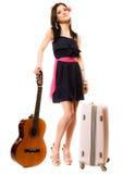 Muziekminnaar, de zomermeisje met gitaar en koffer Stock Afbeelding