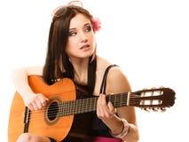Muziekminnaar, geïsoleerd de zomermeisje met gitaar Stock Foto