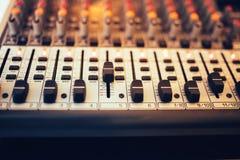 Muziekmixer in studio, DJ die voor nieuwe sporen werken Muziekproductie met het uitgeven van hulpmiddelen stock fotografie