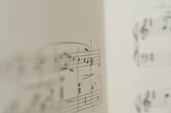 Muzieknota's over witte achtergrond Royalty-vrije Stock Foto