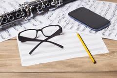 Muzieknoten en klarinet Royalty-vrije Stock Foto's