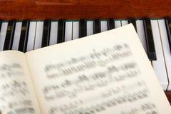 Muzieknoten op de achtergrond van een piano stock foto